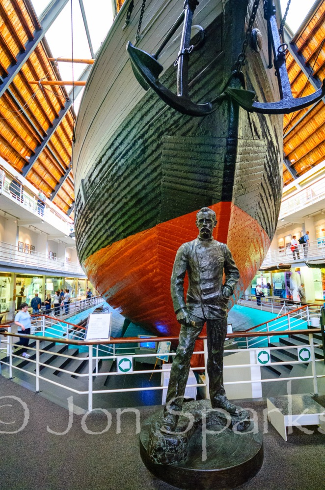 Statue of Nansen below the Fram